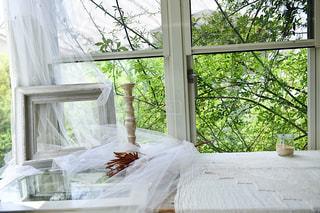 大きなガラス窓とお洒落なインテリアの写真・画像素材[1232588]