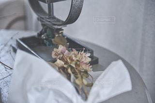 テーブルの上の花束の写真・画像素材[1232594]