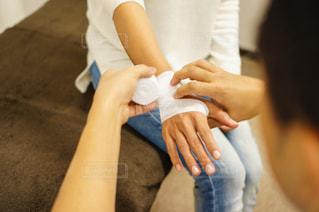手首に包帯を巻く人の写真・画像素材[2334203]