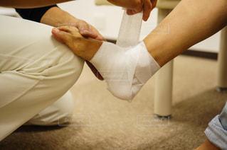 足首に包帯をする様子の写真・画像素材[2334204]