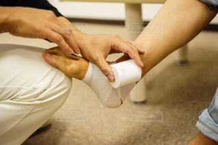 足首に包帯を巻く人の写真・画像素材[2334205]