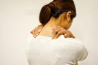肩こりで肩が痛いの写真・画像素材[2334242]