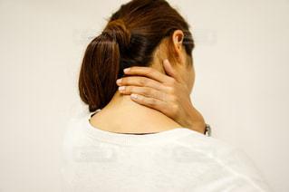 首を痛めた女性の写真・画像素材[2334245]