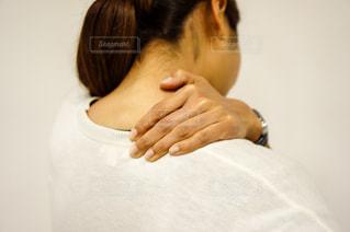 肩こりが酷くて肩を押さえる人の写真・画像素材[2334246]