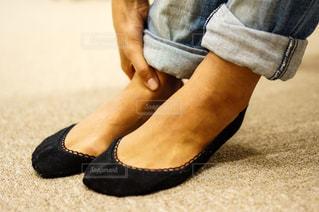 足首を押さえる手の写真・画像素材[2334275]