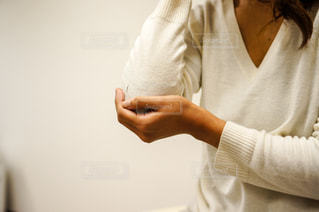 肘を押さえる手の写真・画像素材[2334278]