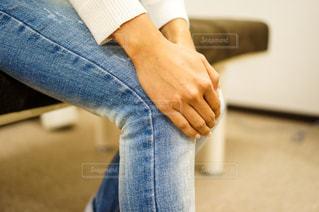 膝痛で膝を押さえる手の写真・画像素材[2334280]
