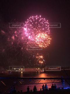 横浜港の水面に映る花火の写真・画像素材[1367255]