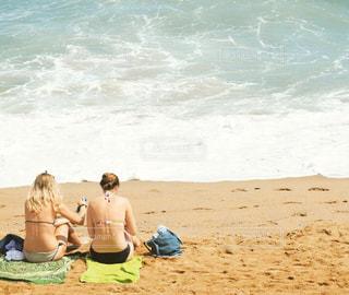 ビーチに座る外国人の写真・画像素材[732613]