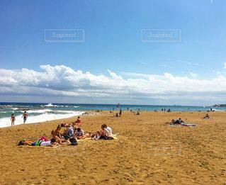 ビーチに座っている人々 のグループの写真・画像素材[732615]