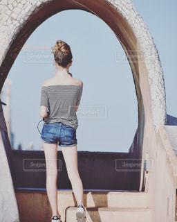 バルセロナ・カサミラの屋上に立つ女性の写真・画像素材[952657]