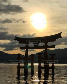 厳島神社 大鳥居に沈む夕日の写真・画像素材[1565079]