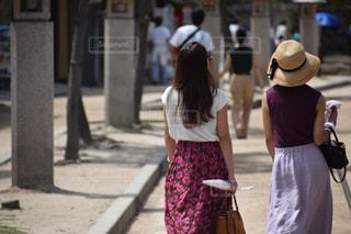 通りを歩いている人の写真・画像素材[1565081]