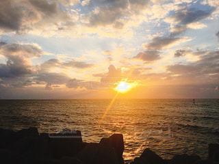 夕方、海の写真・画像素材[1369232]