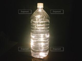 暗闇の中での水のボトル2の写真・画像素材[1511894]