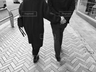 冬の街を歩くカップルの写真・画像素材[1522353]