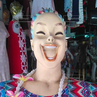 悩みがふっ飛びそうな笑顔の写真・画像素材[714756]