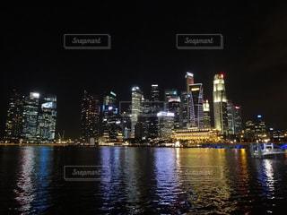 マリーナベイサンズから見たシンガポールの夜景の写真・画像素材[846071]