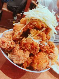 近くに食べ物のプレートのアップの写真・画像素材[913294]