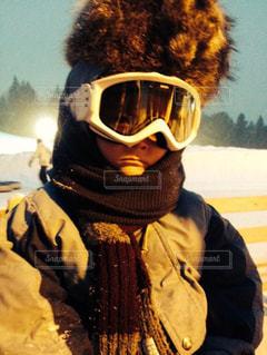 アライグマの毛皮の帽子かぶった4歳児の写真・画像素材[740723]