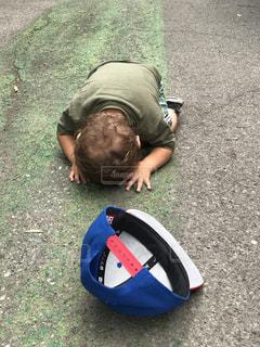 地面に横になっている男の写真・画像素材[1308536]