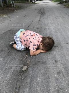 少年は地面に横たわっています。の写真・画像素材[1381764]
