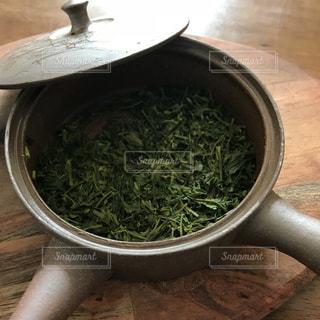 木製テーブルの上に座っているスープのボウルの写真・画像素材[1448468]