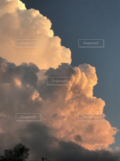 夕日に照らされた入道雲の写真・画像素材[669042]