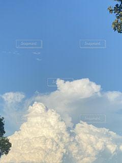 夕やけに染まりつつある入道雲の写真・画像素材[3509946]