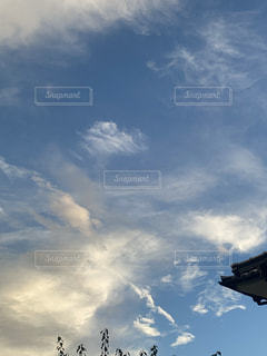 夕やけに染まる空の雲の群の写真・画像素材[3509952]