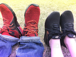 赤い靴を履いて足のペアの写真・画像素材[1134176]