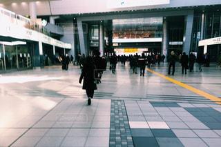 歩道を歩いている人のグループの写真・画像素材[982613]