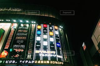 夜のライトアップされた街の写真・画像素材[1055611]