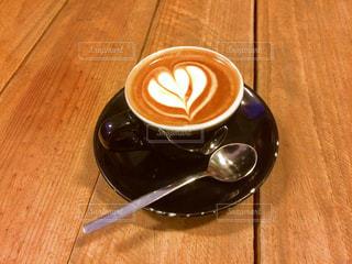 木製テーブルとコーヒー カップの写真・画像素材[1021863]
