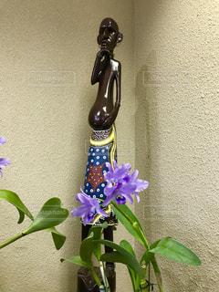 紫色の花と置物の写真・画像素材[792150]