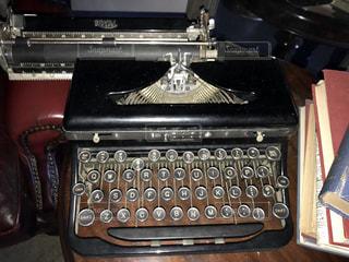テーブルの上のタイプライターの写真・画像素材[915637]