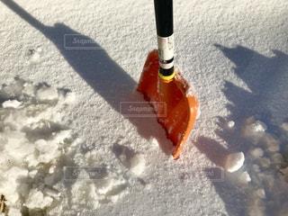 雪に刺したシャベル❄の写真・画像素材[993954]