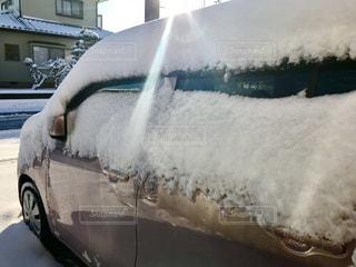 雪に覆われた車に朝日輝く☀️の写真・画像素材[994069]