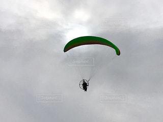 曇り空にパラグライダーが飛んでいました。の写真・画像素材[994204]