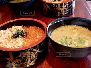 シャケイクラ丼とアンコウ汁😋の写真・画像素材[1083441]