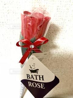 真っ赤な薔薇🌹✨ではなく入浴剤です😄花びらを湯船に入れて使うようです😊可愛いすぎて使えません🤣の写真・画像素材[1232538]