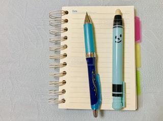 メモ帳と筆記用具の写真・画像素材[1564498]