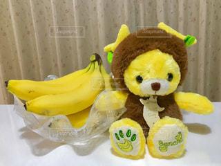 バナナ(本物)と耳がバナナのクマさんぬいぐるみ🐻🍌💕の写真・画像素材[1614527]
