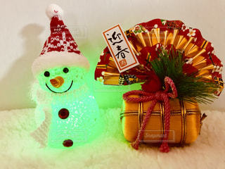 黄緑色のライトの雪だるまと正月飾りの写真・画像素材[1686424]