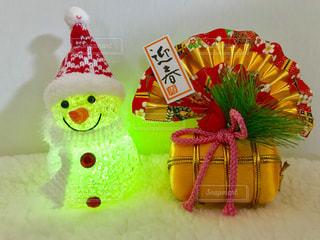 黄色のライトの雪だるまと正月飾りの写真・画像素材[1686427]
