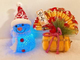 青色のライトの雪だるまと正月飾りの写真・画像素材[1686428]