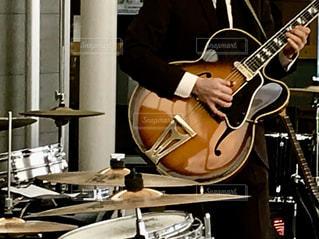 ギターを演奏している人🎸☆♬の写真・画像素材[1687613]