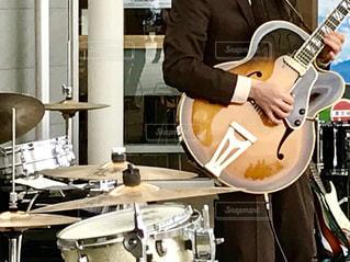 ギターを演奏している人🎸☆♬の写真・画像素材[1687614]