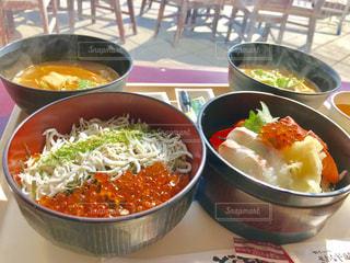 テーブルの上の海鮮丼とアンコウ汁😋の写真・画像素材[1807217]