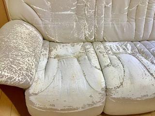ソファーのカバーを外したら合成皮革がボロボロでした。の写真・画像素材[2247298]